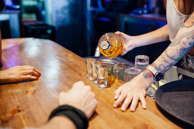 Bartender fazendo tiros