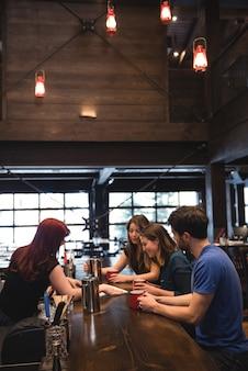 Bartender interagindo com clientes
