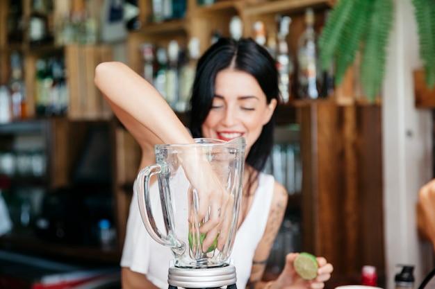 Bartender misturando cocktail