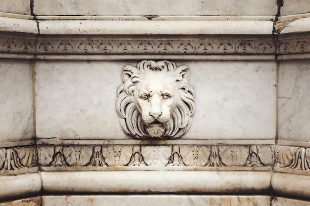 Bas de cabeça de leão de mármore antigo