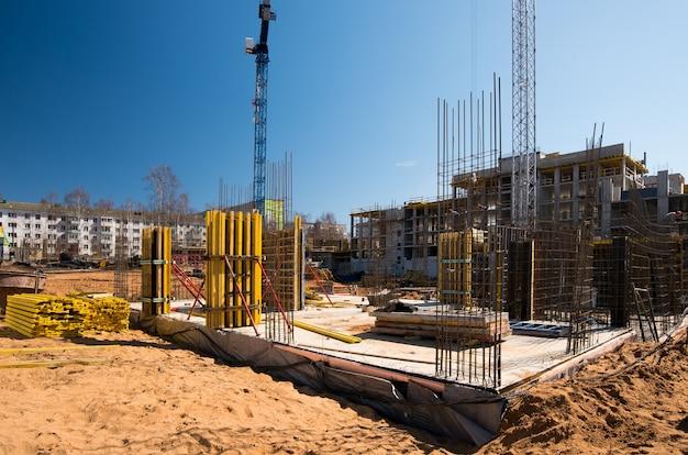Base da estrutura reforçada de uma nova casa monolítica em construção