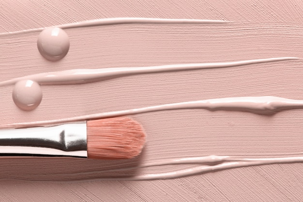 Base líquida borrada e pincel de maquiagem