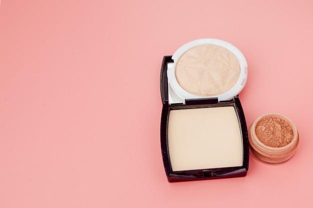 Base tonal e marca-texto, base para maquiagem na forma de uma almofada. vista superior do produto cosmético em pó marca-texto