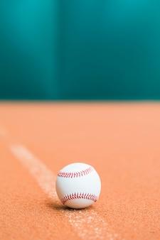 Basebol branco costurado em campo