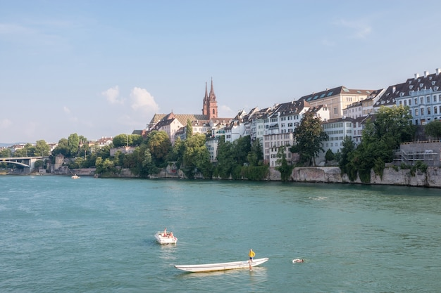 Basileia, suíça - 23 de junho de 2017: vista na cidade de basileia e no rio reno, suíça, europa. pessoas nadam na água. paisagem de verão, clima ensolarado, céu azul e dia ensolarado