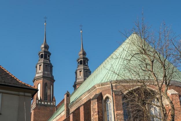 Basílica da catedral velha no centro da cidade de opole, perto da praça do mercado