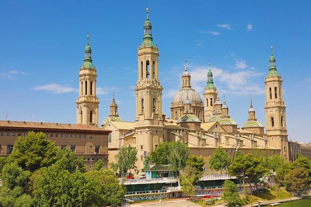 Basílica de nossa senhora do pilar à beira do rio ebro, saragoça, espanha