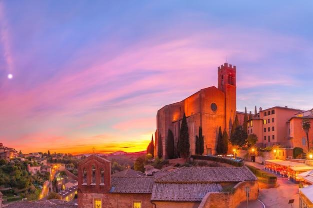 Basílica de san domenico ao pôr do sol em siena, itália