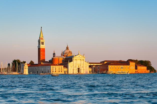 Basílica de san giorgio maggiore em uma pequena ilha de san giorgio na lagoa de veneza