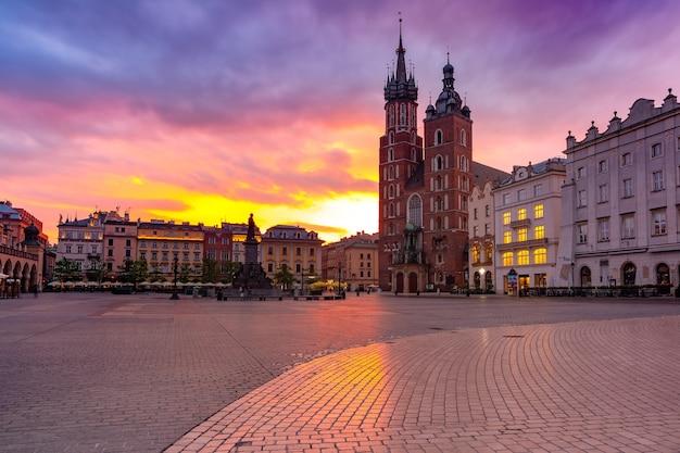 Basílica de santa maria na principal praça do mercado medieval na cidade velha ao nascer do sol, cracóvia