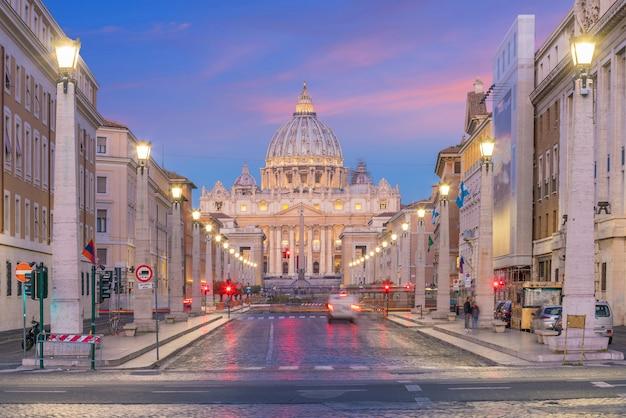 Basílica de são pedro, cidade do vaticano em roma, itália à noite
