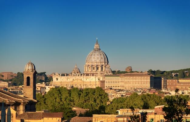 Basílica de são pedro de manhã cedo, roma, itália.