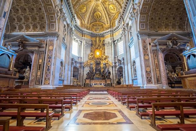 Basílica de são pedro, estado do vaticano em roma: interior com detalhes de decoração de cúpula
