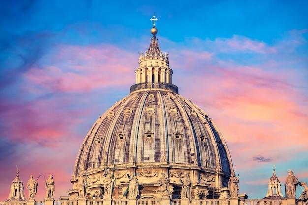 Basílica de são pedro no vaticano durante o pôr do sol colorido.