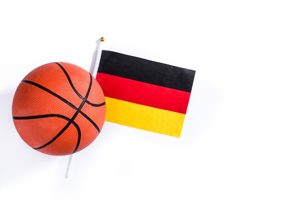 Basquete e bandeira alemã, isoladas no fundo branco