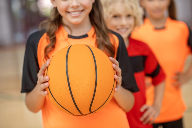 Basquetebol. feche a foto de crianças com uma bola
