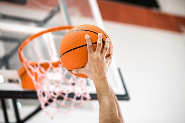 Basquetebol. sportman jogando uma bola na cesta