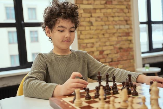 Basta brincar de criança esperta sentado na sala de aula e planejando uma jogada enquanto joga xadrez no