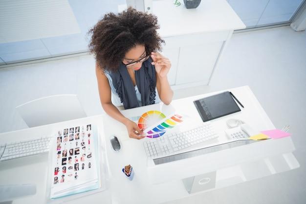 Bastante designer trabalhando em sua mesa