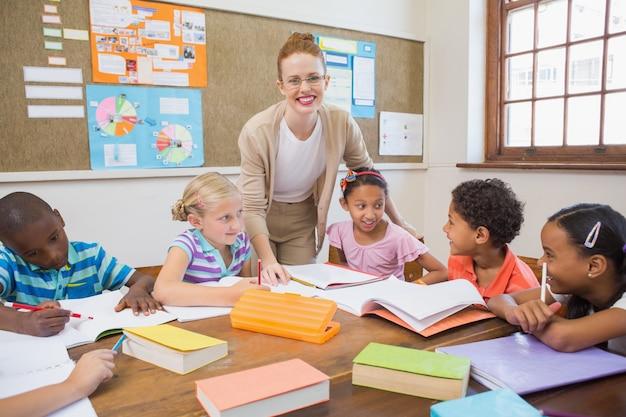 Bastante professor que ajuda alunos na sala de aula