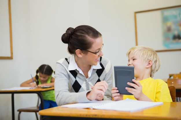 Bastante professor que ajuda o aluno na sala de aula