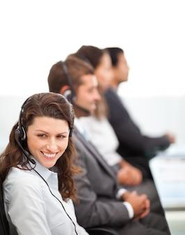Bastante representante com o trabalho em um call center