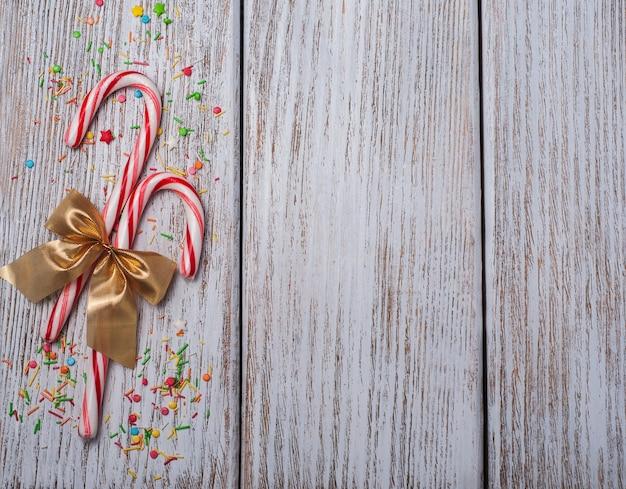 Bastão de doces de natal com fita