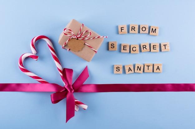 Bastão de doces e presentes de natal com cubos de madeira