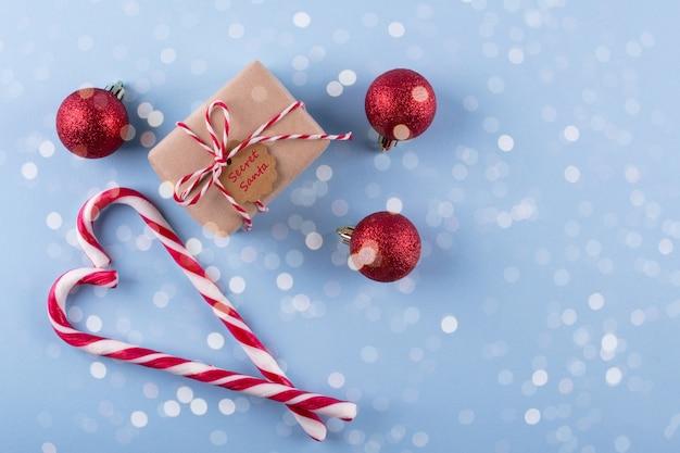 Bastão de doces e presentes de natal com glitter