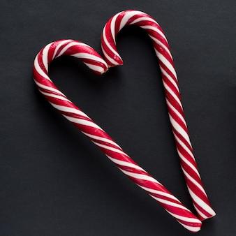Bastão de doces tradicional em fundo preto. ano novo e natal