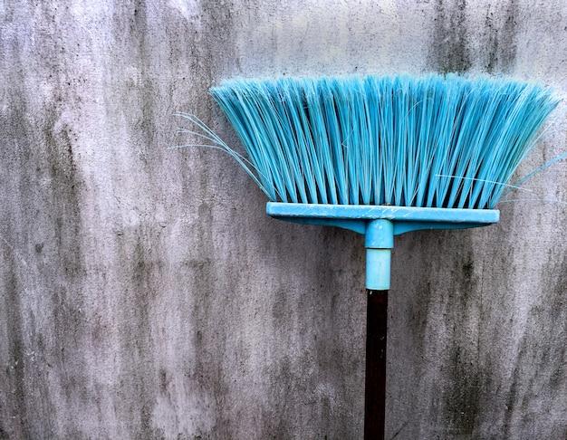 Bastão de vime de veludo ciano velho para limpeza pavimento úmido
