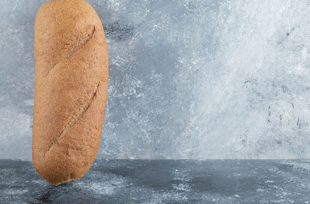 Bastão recém-assado isolado em fundo cinza. foto de alta qualidade