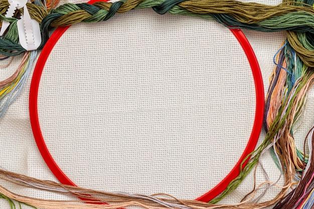 Bastidores de bordar, kit de costura de bordado com linhas coloridas e fundo de tela com espaço de cópia
