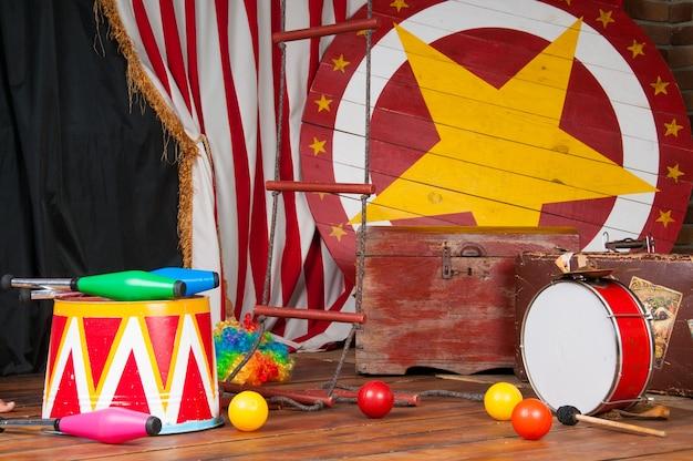 Bastidores de circo em estilo retrô, mala de bateria