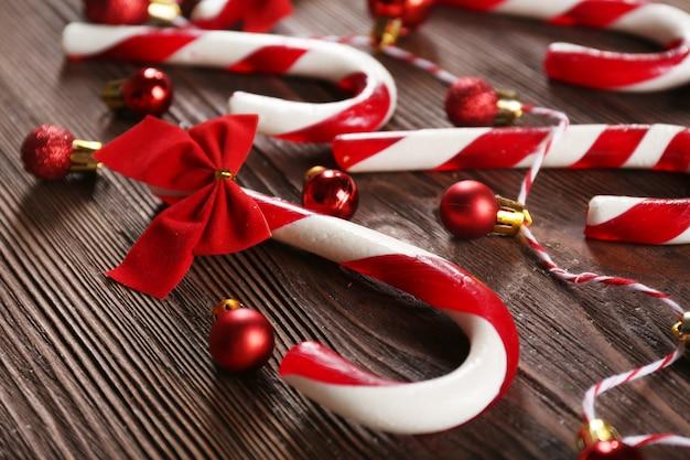 Bastões de doces de natal com decoração de natal em close-up da mesa