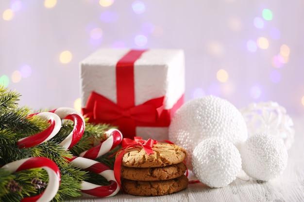 Bastões de doces de natal com decoração de natal na mesa com fundo claro