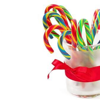 Bastões de doces de natal na mesa branca
