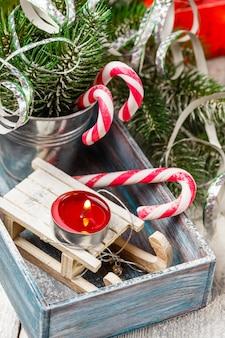 Bastões de doces e brinquedos de natal
