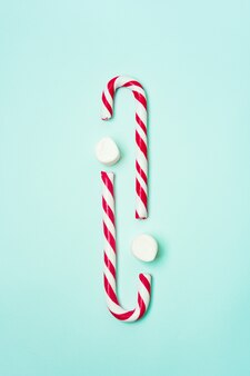 Bastões de doces e marshmallows de natal