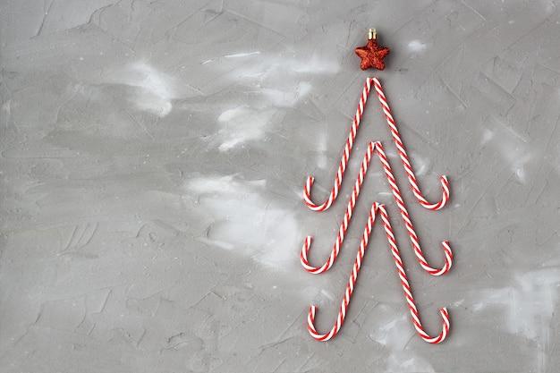 Bastões de doces em forma de árvore e estrela de natal.