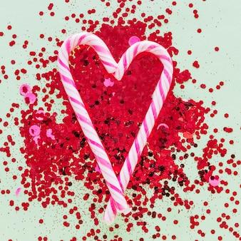 Bastões de doces em forma de coração em lantejoulas