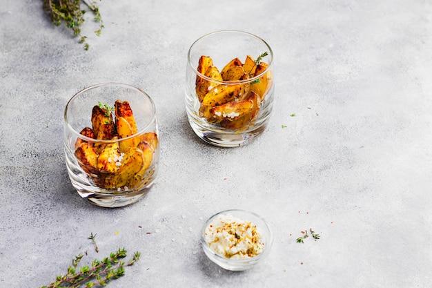 Batata assada com ervas, tomilho e molho de queijo searved no copo. vista superior com copyspace