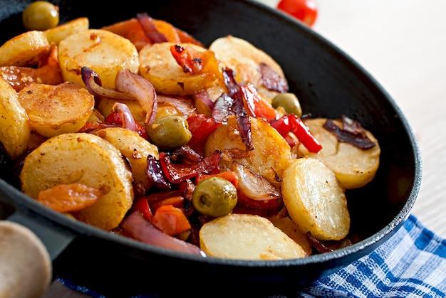 Batata assada com legumes em uma frigideira