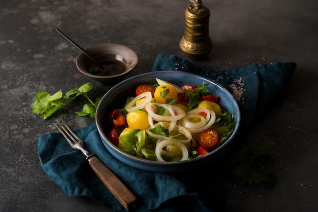 Batata cozida com cebola e legumes em um prato, prato tradicional russo