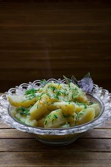 Batata cozida com legumes e ervas. almoço saboroso e nutritivo