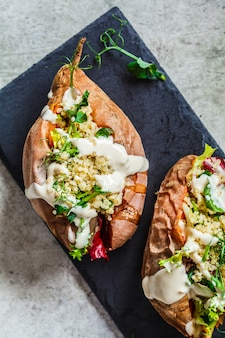 Batata-doce assada recheada com quinoa, legumes e tahine