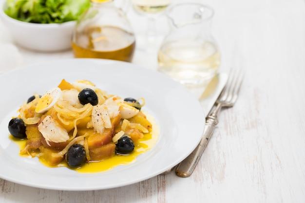 Batata-doce com bacalhau, cebola e ovos em chapa branca