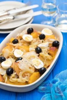 Batata-doce com bacalhau, cebola e ovos no prato