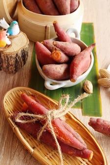 Batata-doce cozida delicioso em fundo de madeira
