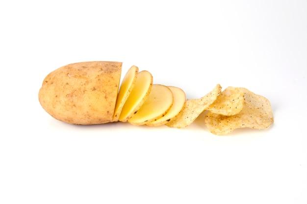 Batata fatiada crua e batatas fritas sobre fundo branco